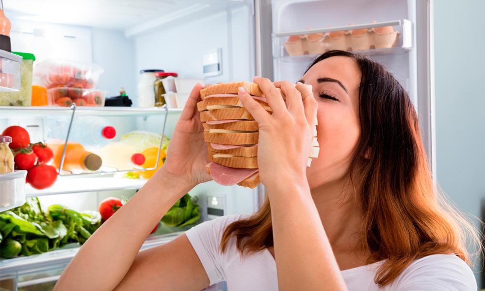 Atracones de comida: por qué se producen y cómo evitarlos
